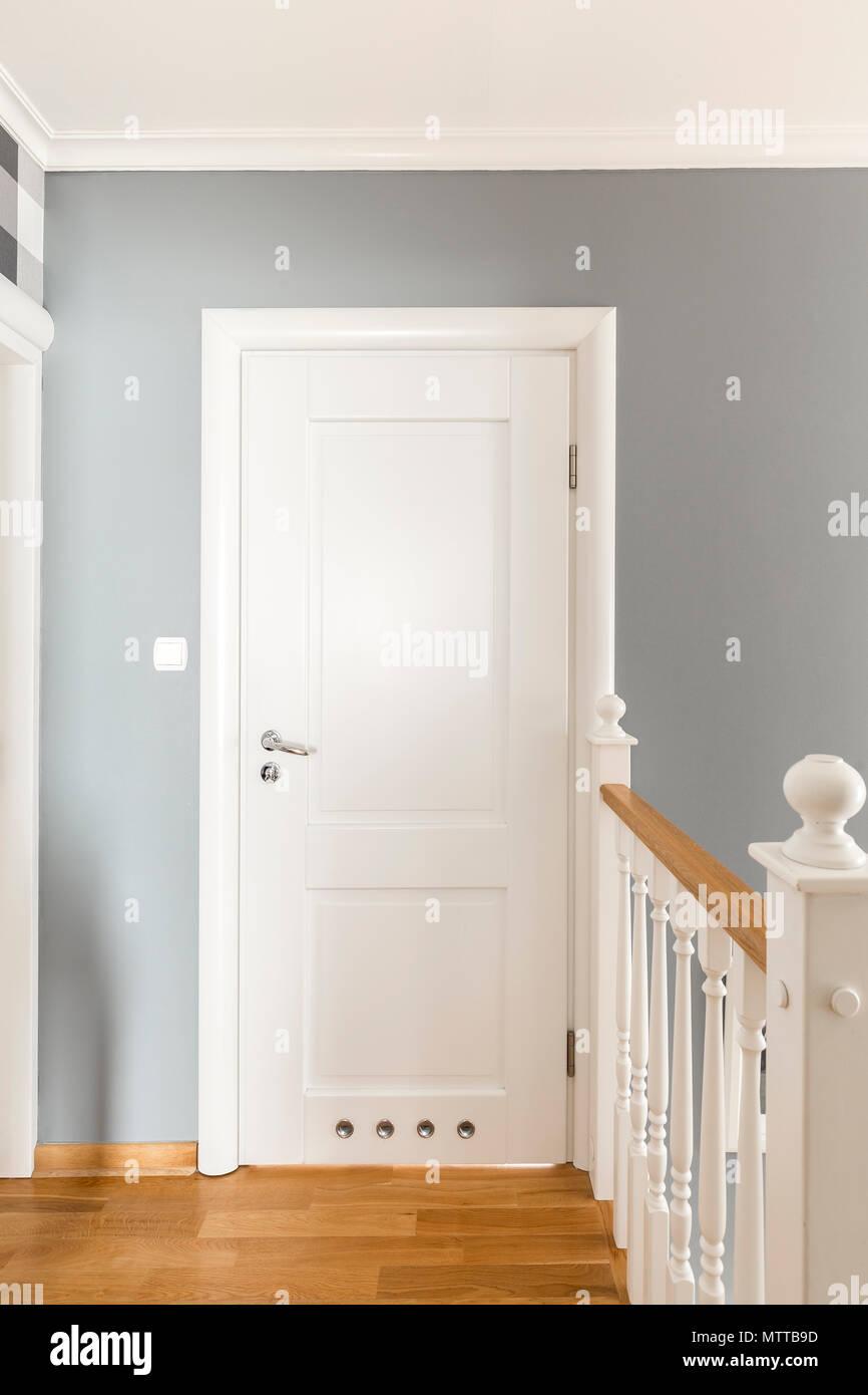 https www alamyimages fr couloir gris avec portes blanches et balustrade en bois simple image187391161 html