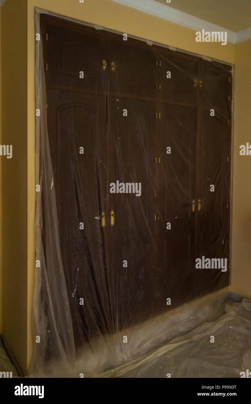 https www alamyimages fr la peinture de la chambre de la chambre prix pret a peindre avec des meubles et armoires proteges par du plastique faire une reforme a la maison image212274660 html