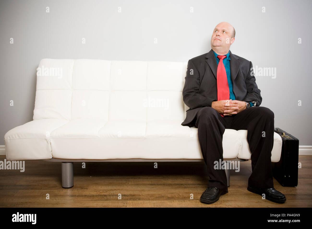 https www alamyimages fr une personne portant un costume en attente avec un porte documents sur un futon pour une entrevue ou de nomination image212771925 html