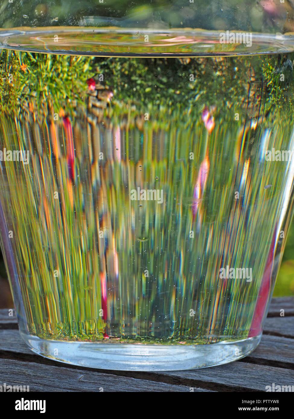 Verre D Eau En Anglais : verre, anglais, Verseuse, D'eau, Verre, Lunette, Image, Fleurs, Jardin, Anglais, Cotswolds,, England,, Photo, Stock, Alamy