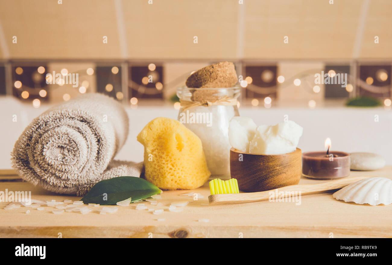 https www alamyimages fr en utilisant les materiaux naturels produits dans la maison eco friendly differents produits cosmetiques dans la salle de bains reduire au minimum l empreinte ecologique concept baignoire de bambou image230712925 html