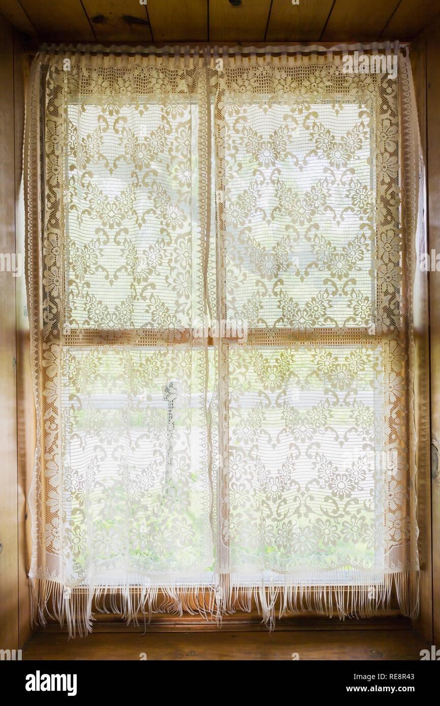 https www alamyimages fr fenetre encastree avec des rideaux en dentelle blanche a l interieur d une ancienne maison de style canadiana 1807 image232533731 html