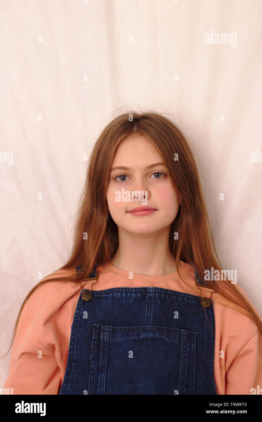 Fille Brune Au Yeux Bleu : fille, brune, Brune, Bleus, Jeune, Fille, Timide,, Salopette, Jean., Modèle, Studio, Photo, Stock, Alamy