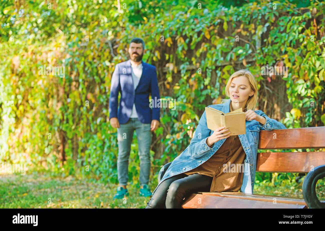 Femme Lire Livre Interessant Assis Sur Le Banc De Parc