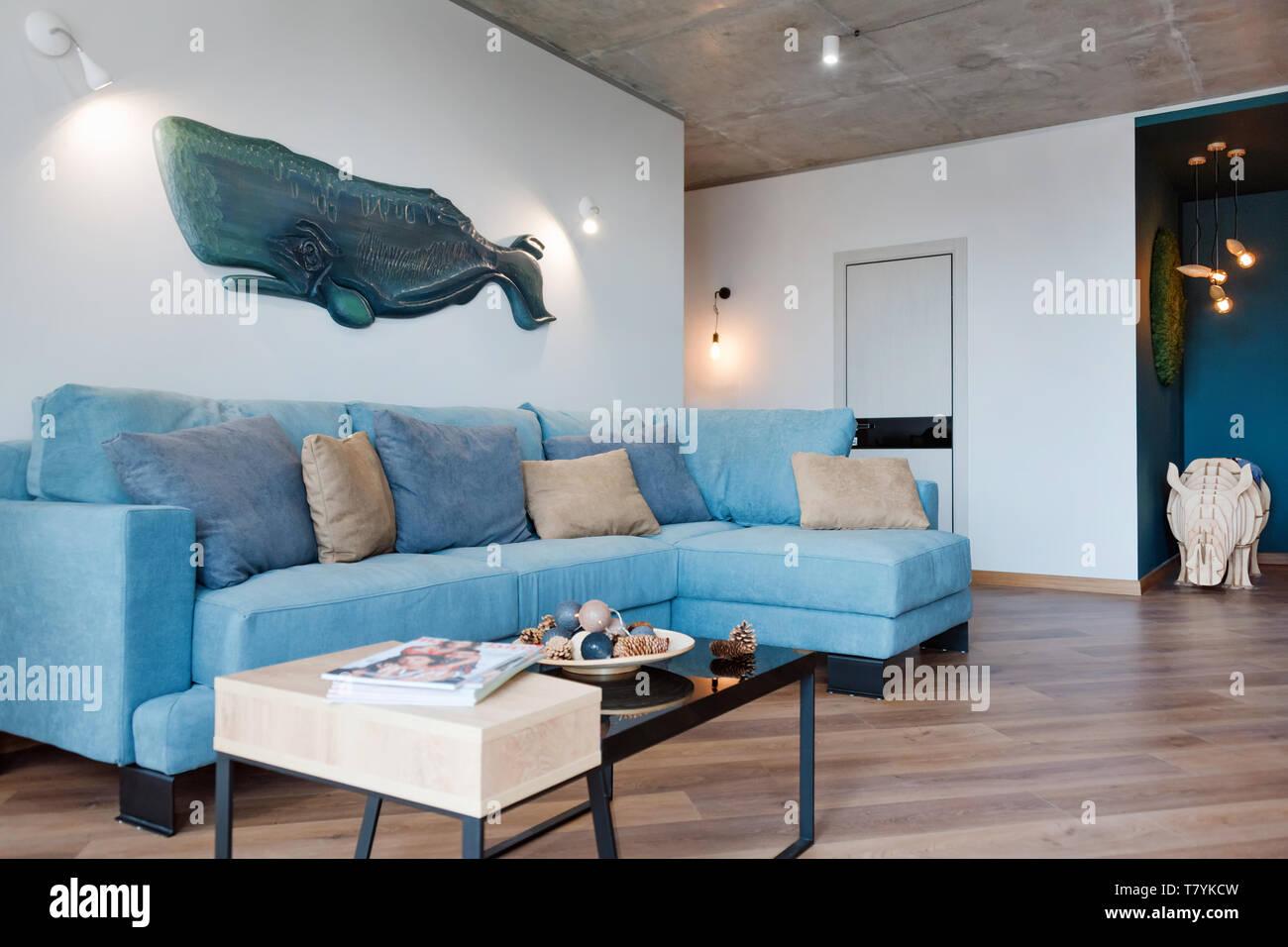https www alamyimages fr moderne minimaliste salon avec canape de style loft a plat studio loft moderne avec salle de sejour ouvrir un espace interieur en style scandinave avec image245855705 html