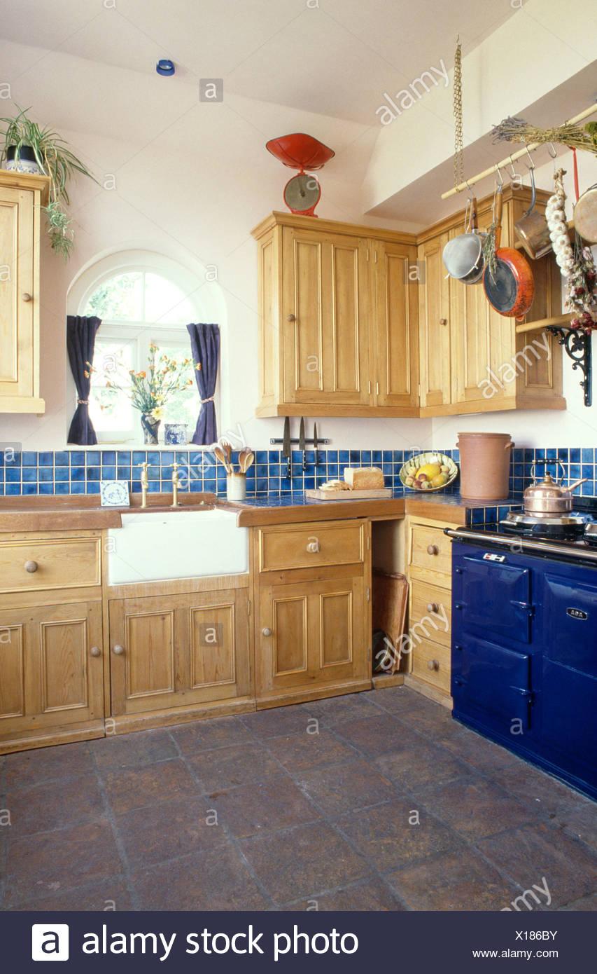 https www alamyimages fr aga bleu en pin avec cuisine equipee evier butlers et carreaux de sol gris fonce et bleu sol carrele refoulement image276161199 html