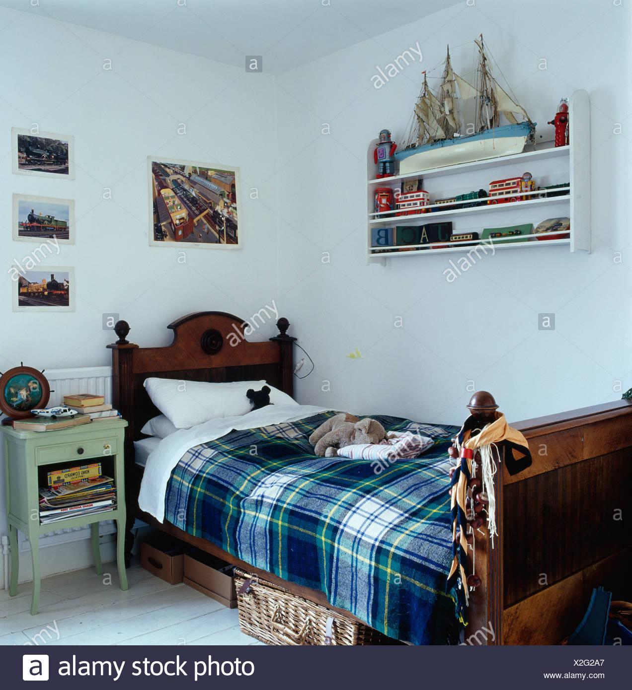 https www alamyimages fr tapis a carreaux bleu et blanc sur le linge de lit en bois ancien enfant en chambre blanche avec modele reduit de navire sur la petite etagere murale image276948287 html
