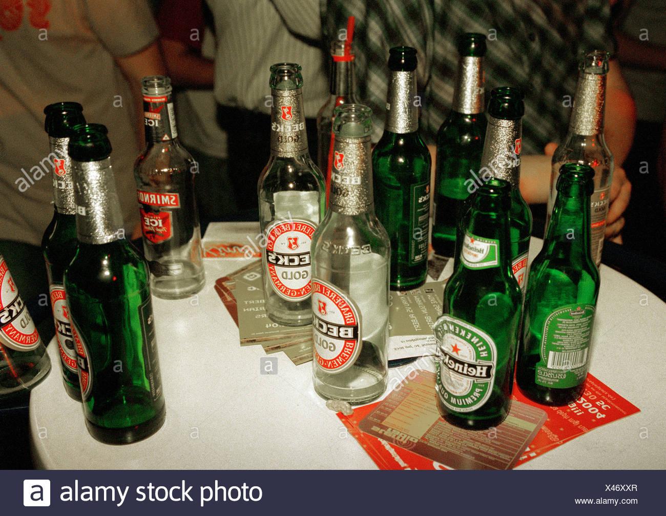 https www alamyimages fr berlin bouteilles de biere vides sur une table de bar image277977359 html