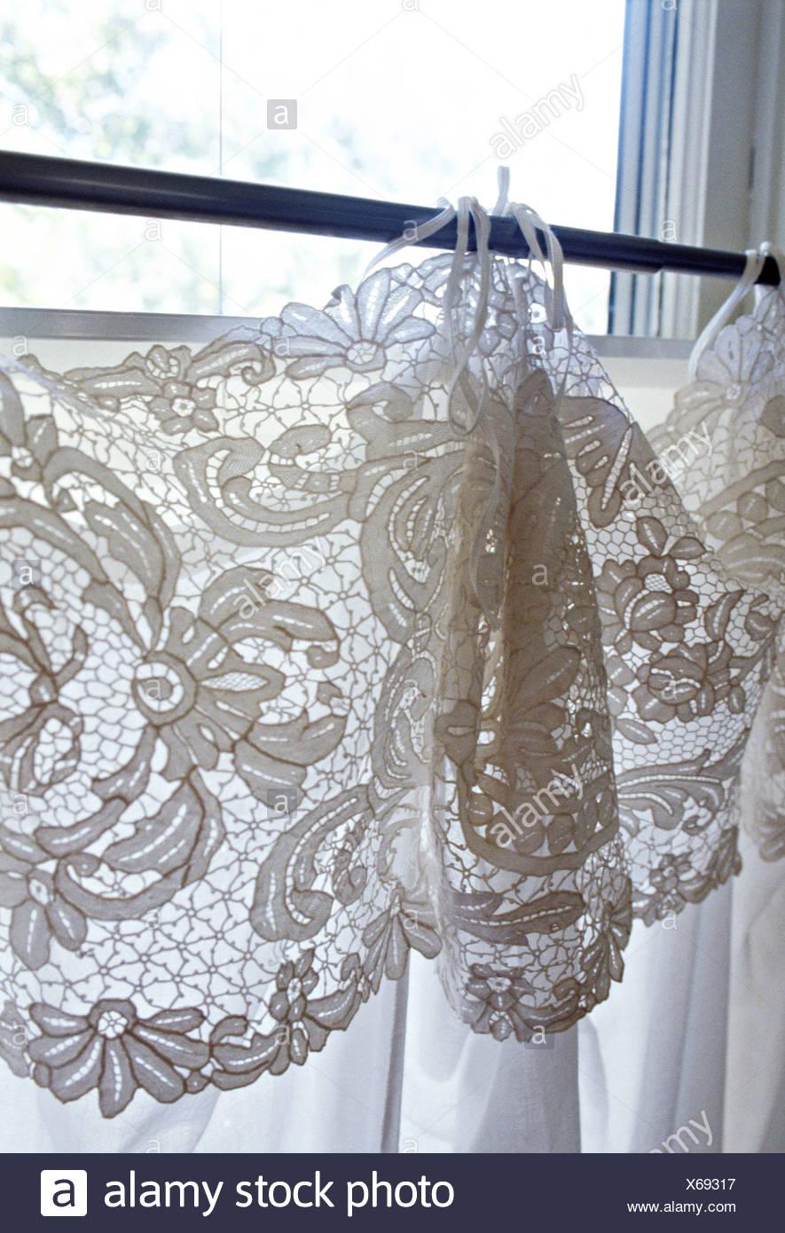 https www alamyimages fr close up de fenetre avec dentelle blanche sur les rideaux de coton blanc image279253779 html