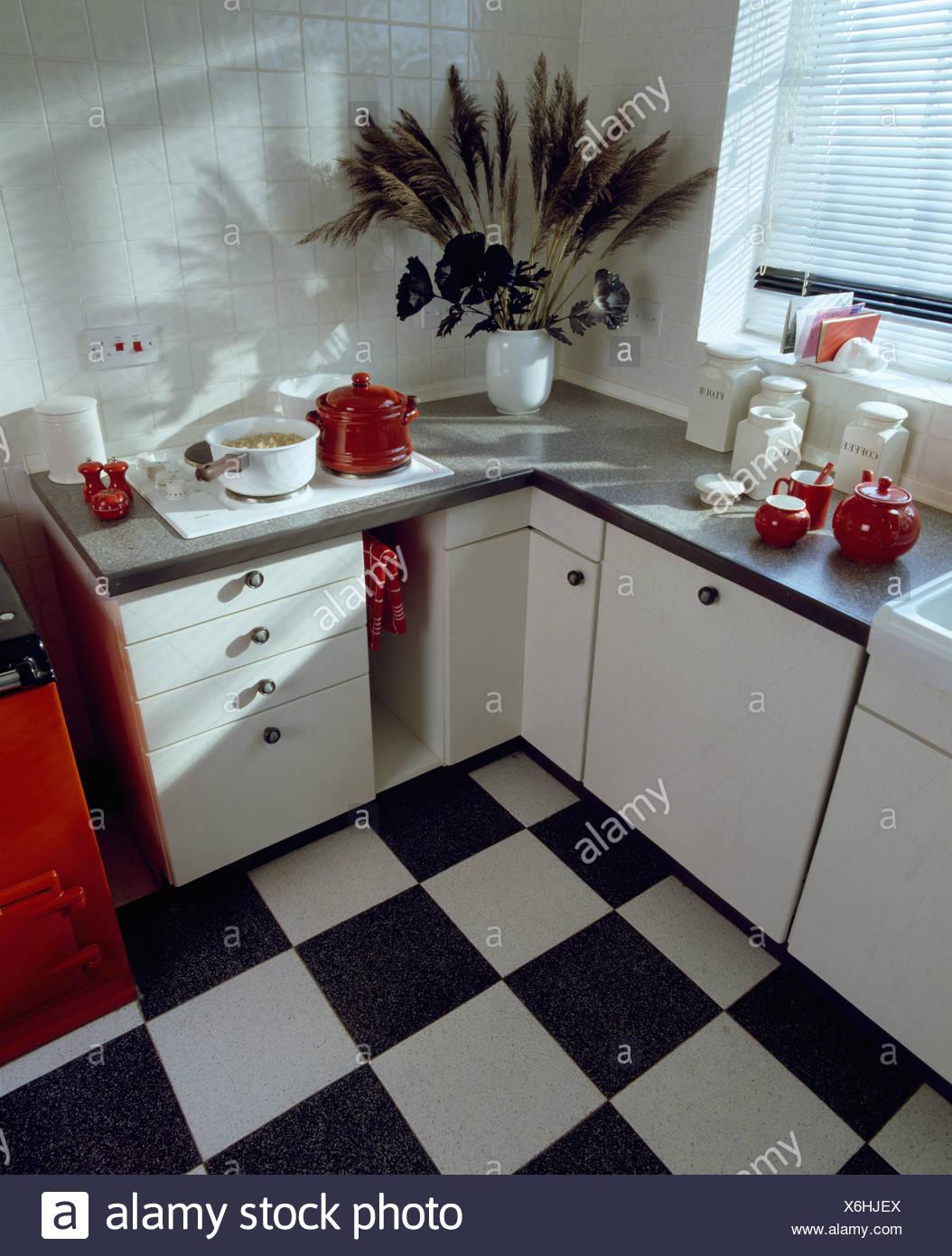 https www alamyimages fr damier noir et blanc dans le revetement de sol en vinyle blanc petite cuisine avec murs en carrelage blanc image279441538 html