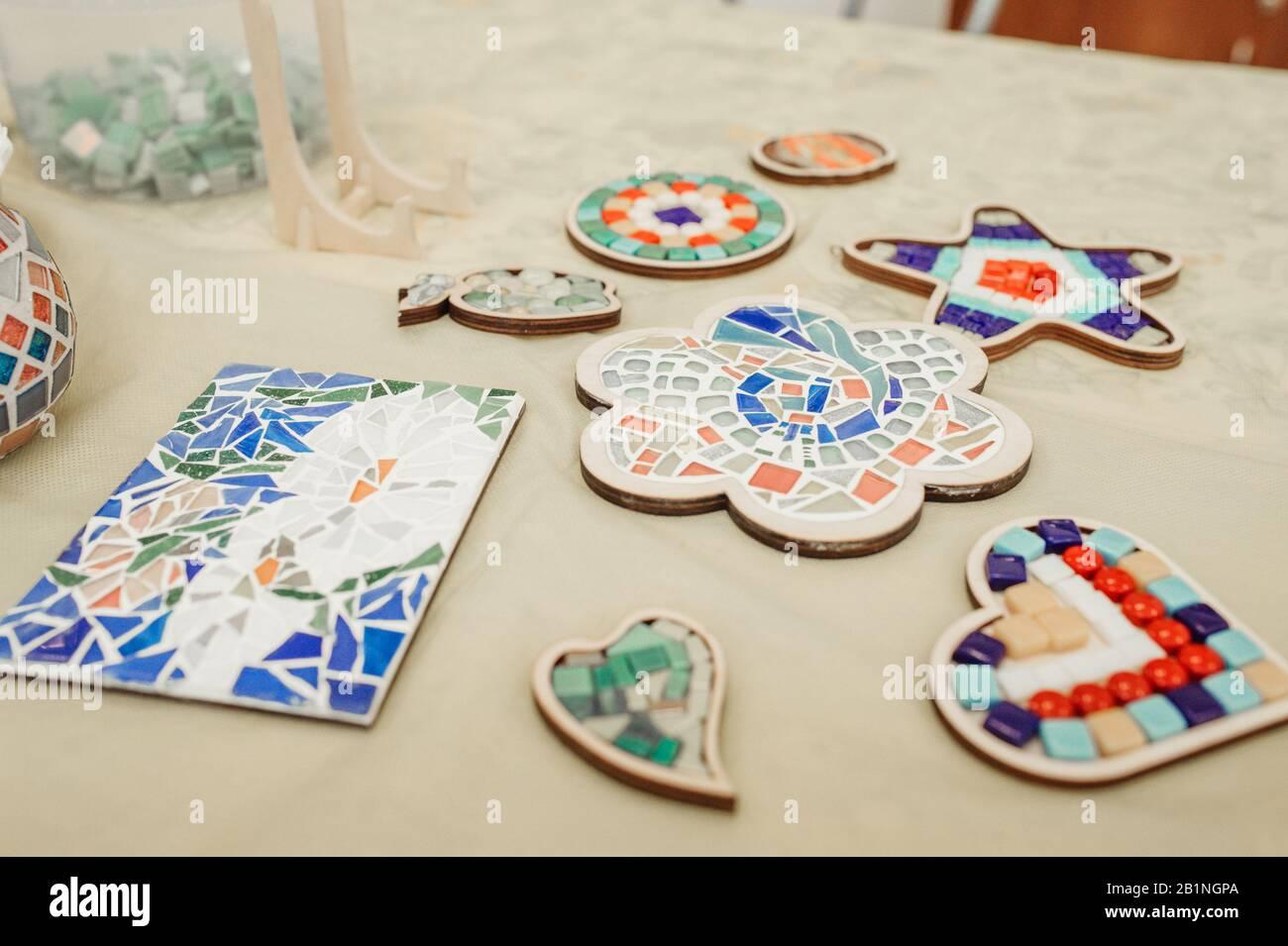 Sono però pur sempre oggetti artigianali e per questo richiedono cura e amore. Hobby E Hobby Raccogliendo Dipinti E Oggetti Da Mosaici Di Ceramica Colorati In Piccoli Pezzi Foto Stock Alamy