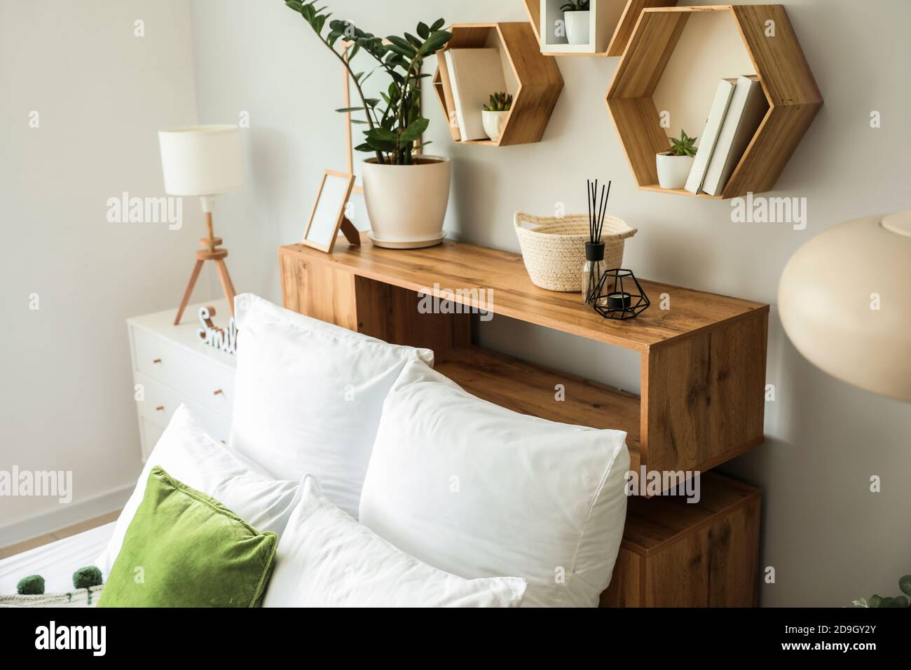 10 idee e foto a cui ispirarsi per inserire le mensole all'interno della camera da letto e arredare con stile aggiungendo spazio. Interni Di Una Moderna Ed Elegante Camera Da Letto Con Mensole Foto Stock Alamy