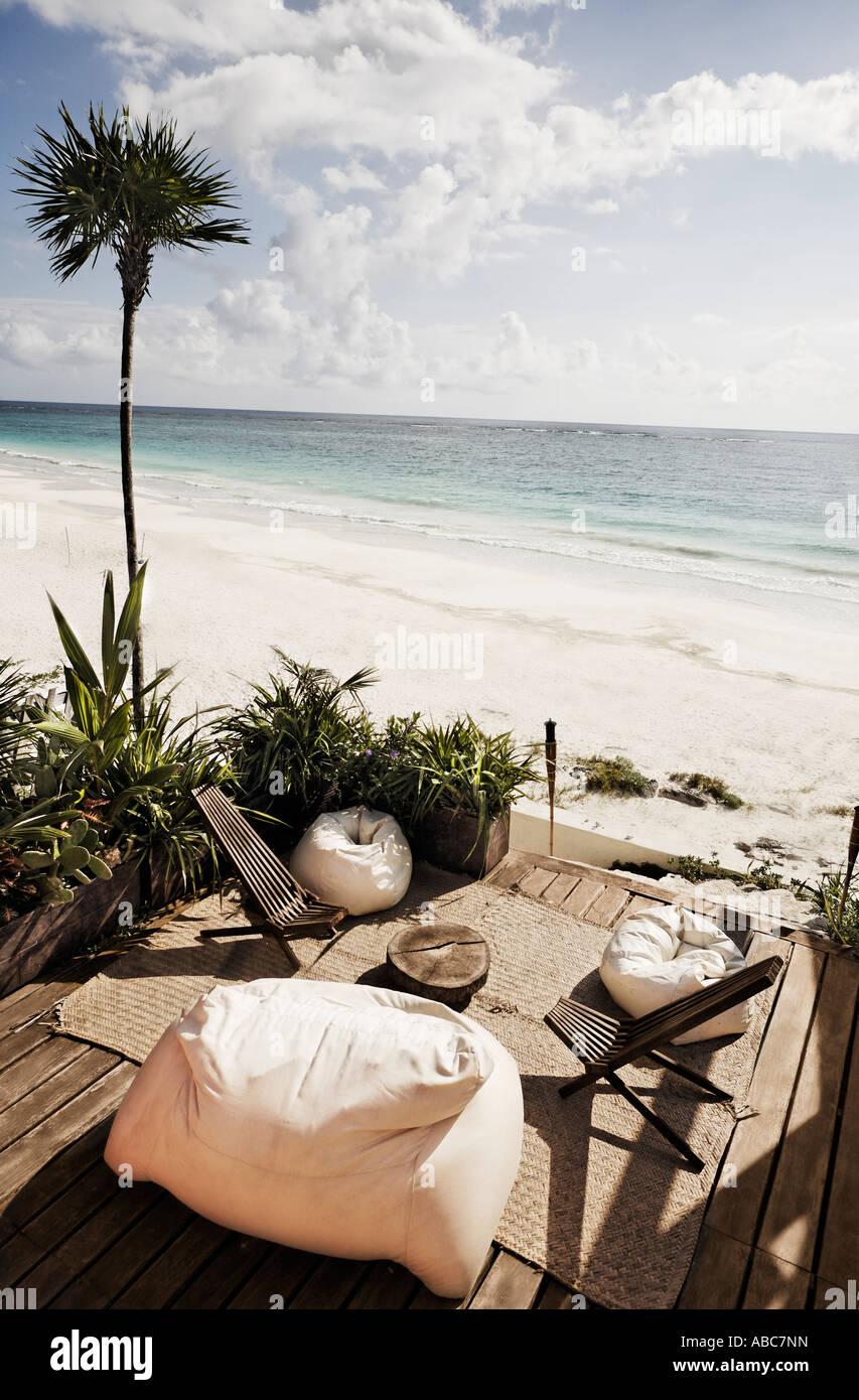 Terrazza di una capanna con una vista della bellissima spiaggia di sabbia bianca di Tulum in