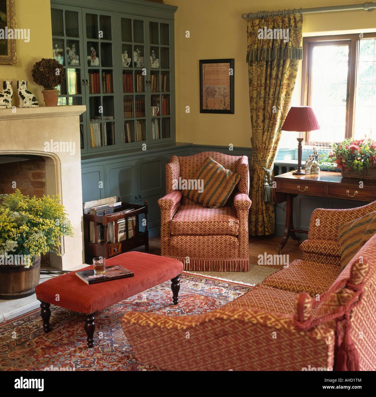 Rosso modellato divano e poltrona in soggiorno con pareti