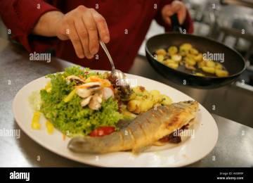 Decorazioni Piatti Cucina | Scaffali Con I Piatti Cucina Grigio ...