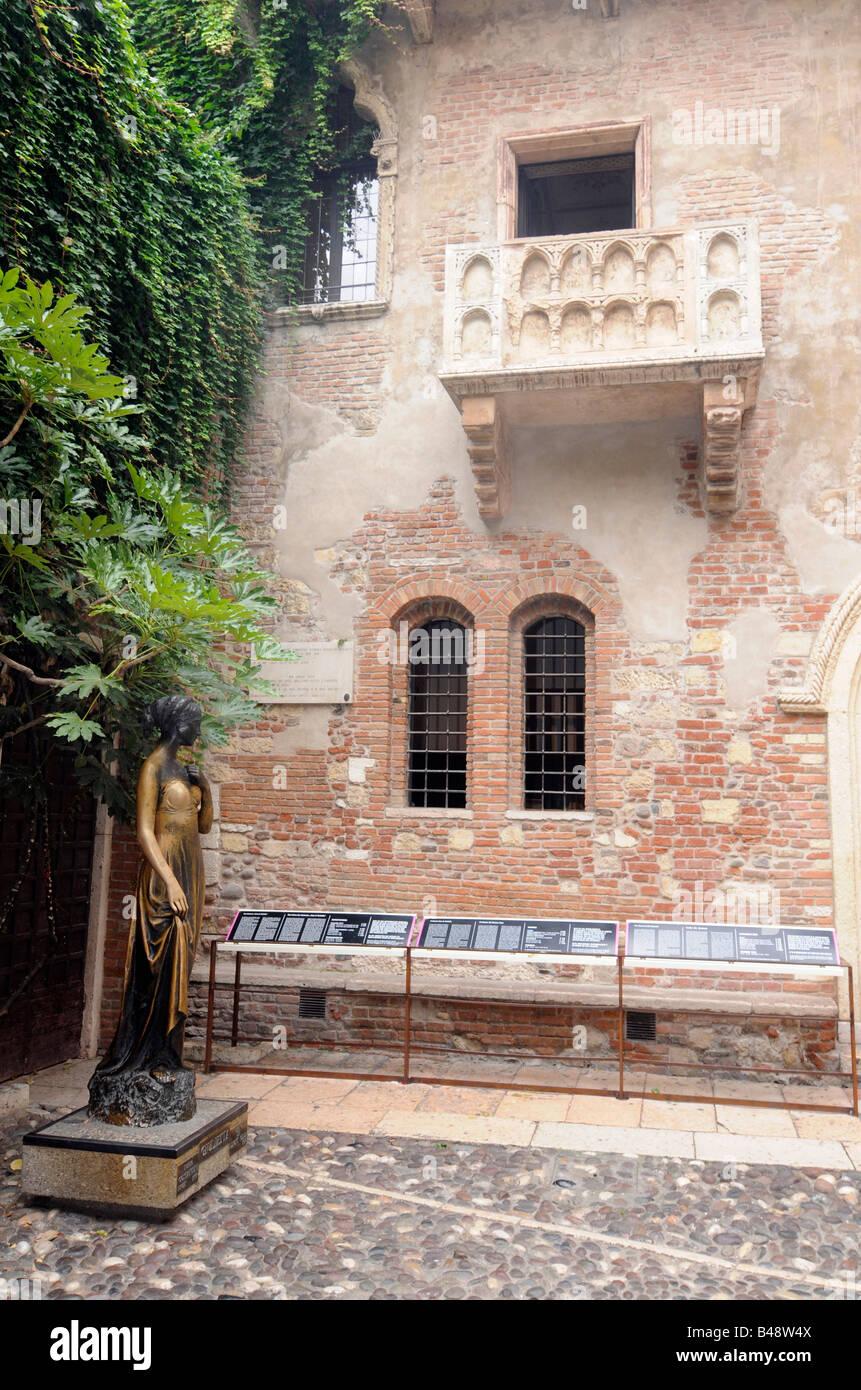Balcone e la statua di Giulietta in Casa de Giulietta a