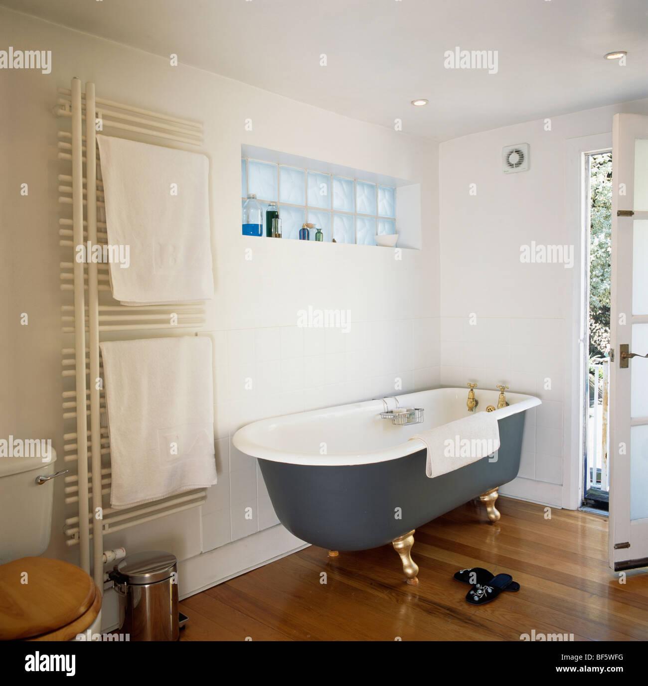 Bagno con pavimento finto legno si può posare il parquet in