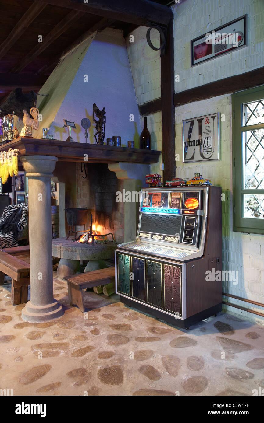 Interno del soggiorno con un camino e un jukebox Foto  Immagine Stock 38043811  Alamy