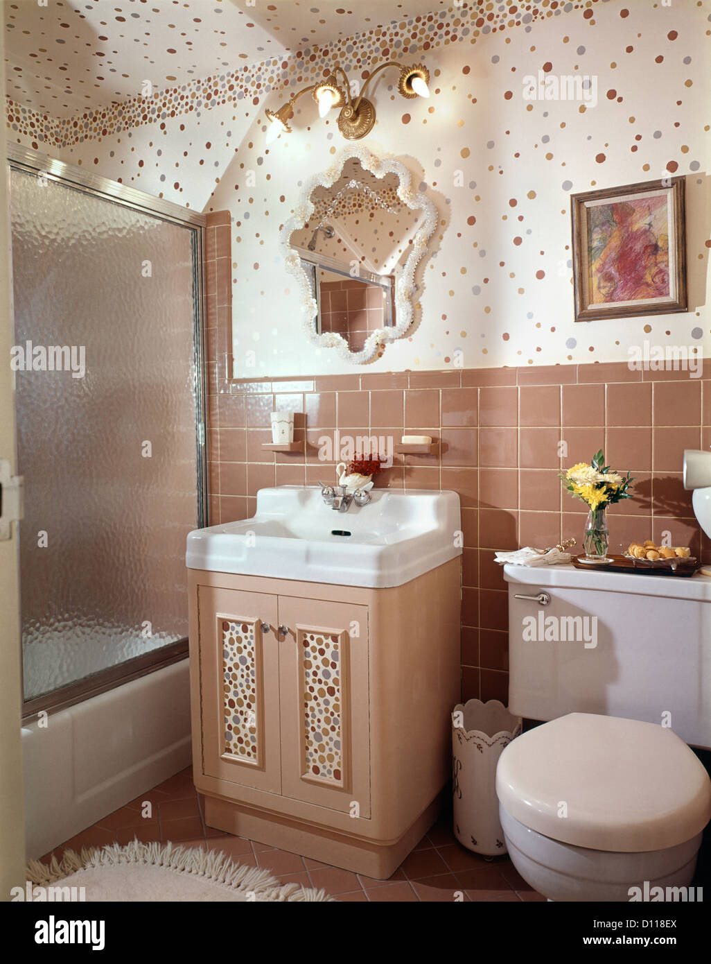 Anni sessanta interno del beige bagno rivestito di piastrelle bagno con la Polka Dot parete