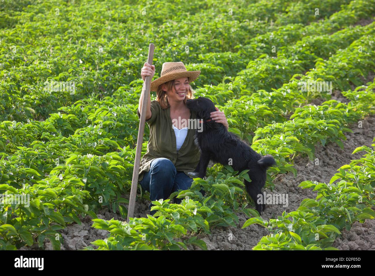 Sarah Fioroni scrittore di cucina nellorto di fattoria Poggio Alloro San Gimignano Toscana