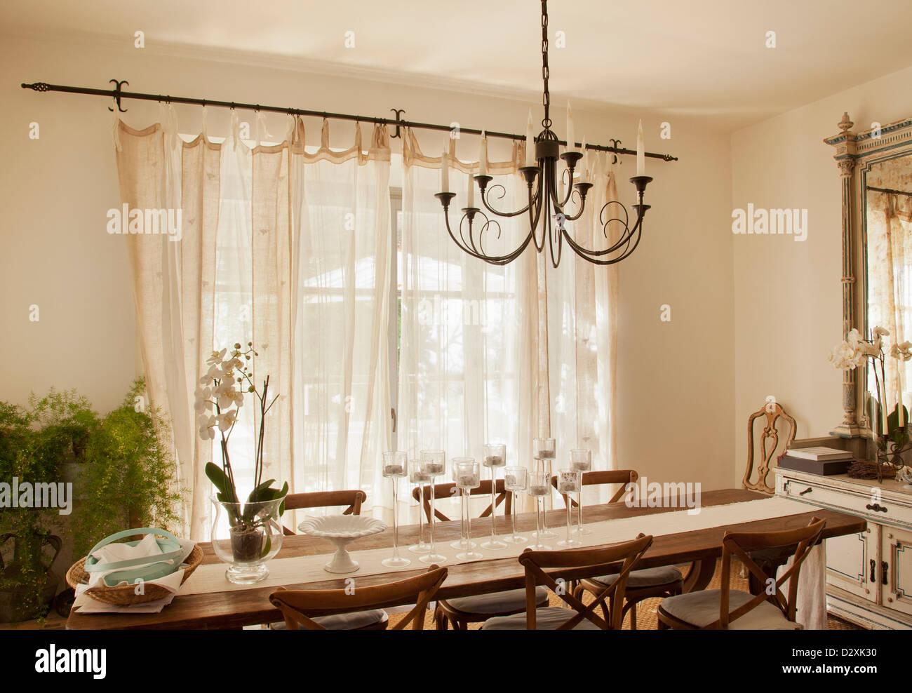 $554.77 per lampadario di cristallo lampada da soffitto a sospensione tavolo da pranzo lampada da pranzo rettangolare lampada da sala da pranzo di personaggio lampadario moderno 8582218 del 2021. Lampadario Su Tavolo Da Pranzo Foto Stock Alamy