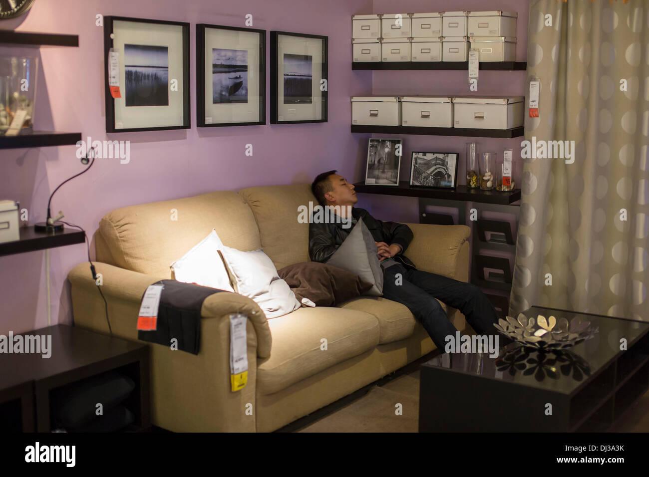 Per realizzare un angolo lettura abbiamo bisogno di un paio di elementi. Pechino Cina Xix Nov 2013 Gente Che Dormiva Su Mobili Da Camera Da Letto E Sedie All Interno Dell Ikea Pechino Siyuanqiao Store Un Buon Posto Per Essere Fuori Del Calore In Estate E