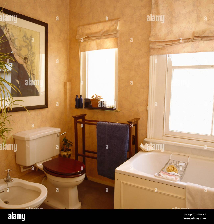 Spugnatura effetto di vernice sulle pareti degli anni novanta in bagno Foto  Immagine Stock