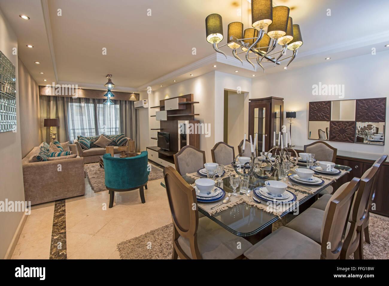 Sogni mai di vivere in una casa di lusso? Il Design Degli Interni Di Un Appartamento Di Lusso Show Home Area Soggiorno E Salotto Con Tavolo Da Pranzo Foto Stock Alamy