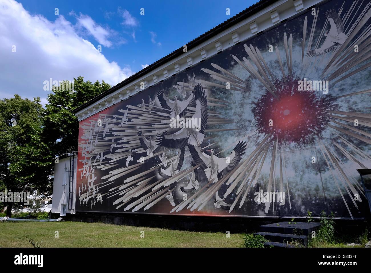 Ma se anche abbelliste il muro esterno di una casa con un dipinto, non sarebbe ancora un murale se attraverso le sue forme non trasmettesse un messaggio,. Murale Esterno Di Un Museo Che Commemora La Catastrofe Nucleare Di Cernobyl Che Raffigura Un Esplosione Del Nocciolo Del Reattore E Le Immagini Delle Cicogne La Nazionale Ucraina Di Uccello Della Citta