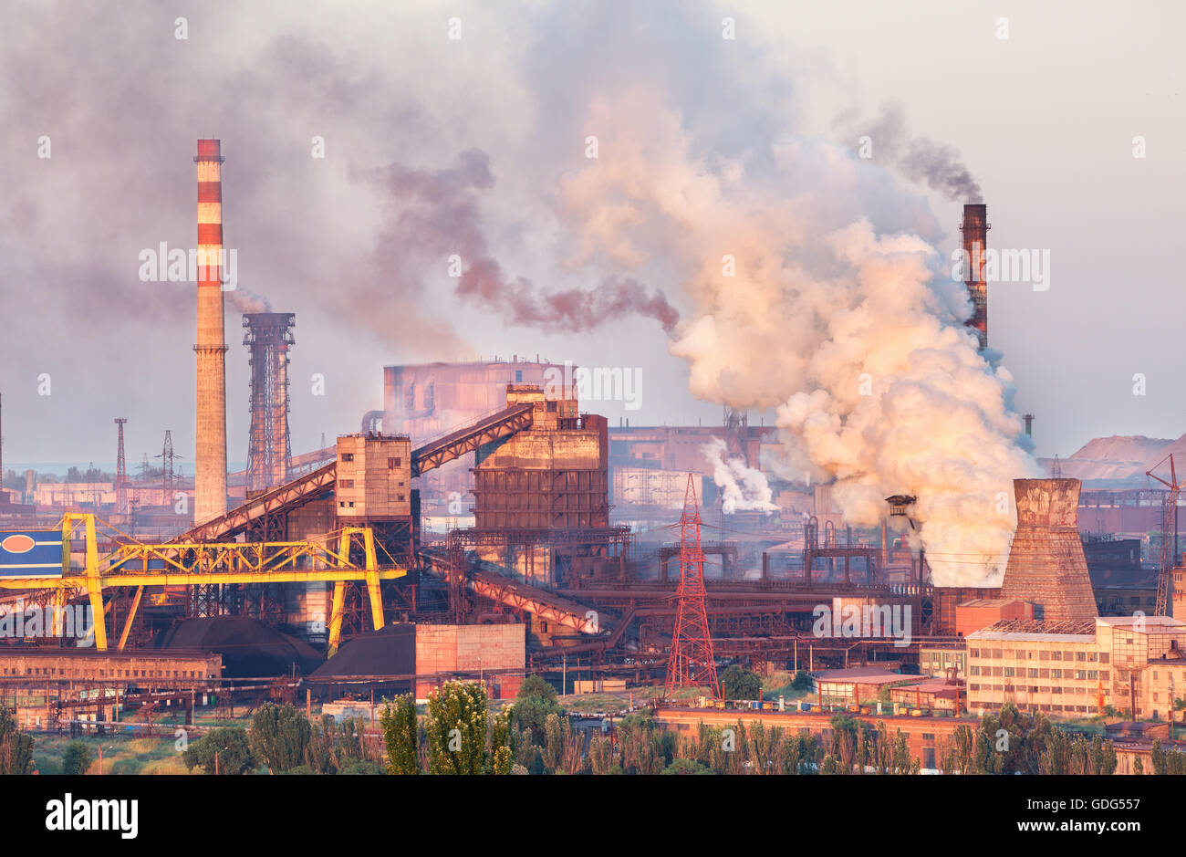 Paesaggio industriale in Ucraina Fabbrica di acciaio al