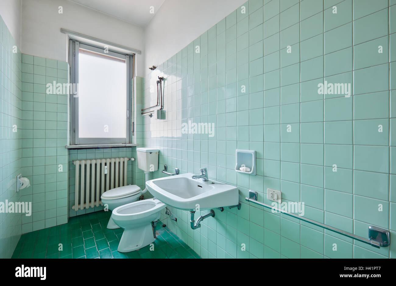 Antico Bagno interno con piastrelle verdi Foto  Immagine Stock 122971079  Alamy
