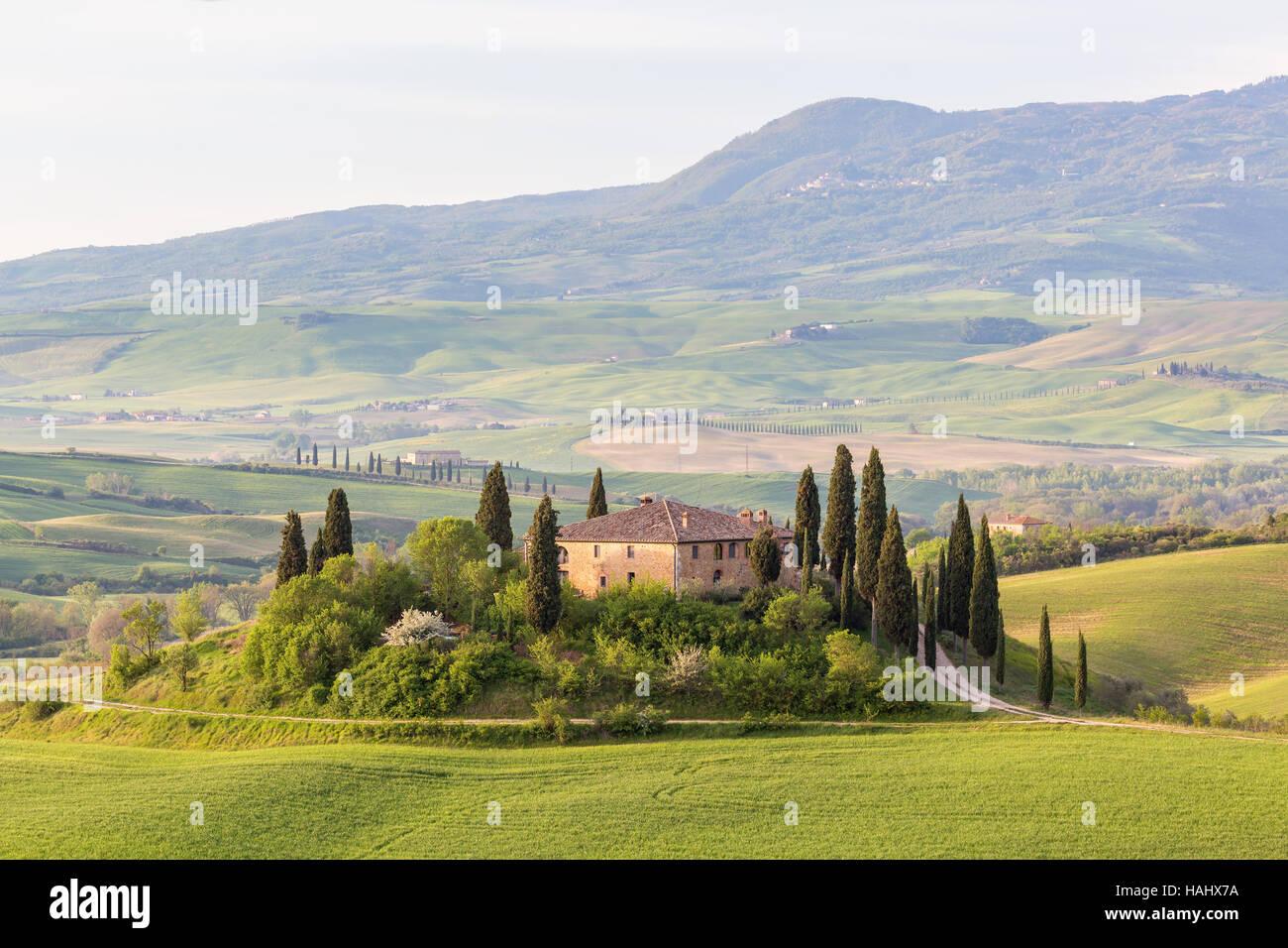Villa su una collina nel paesaggio rurale della Toscana in