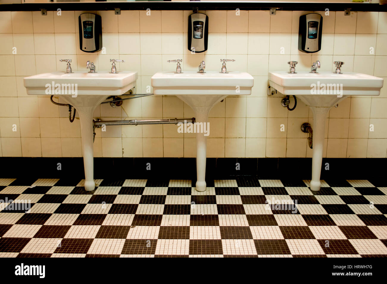 Pavimento bagno bianco e nero vasca in bianco e nero in bagno