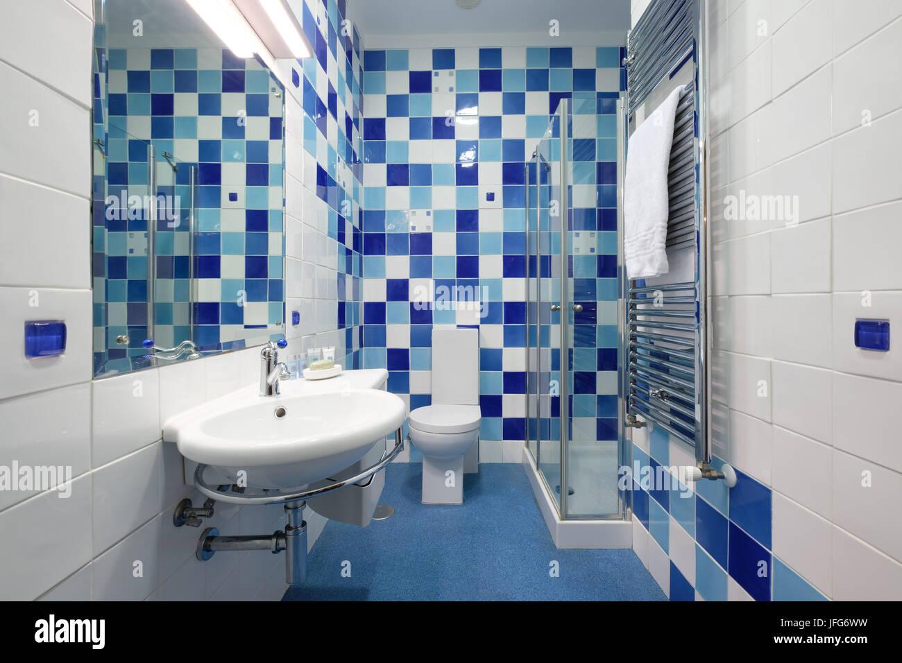 Moderno bagno con piastrelle blu Foto  Immagine Stock 147259445  Alamy
