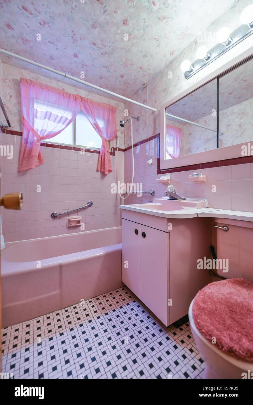 Vasca Da Bagno Rosa : Foto bagno rosa acqua di bagno rosa in una vasca da bagno bianca