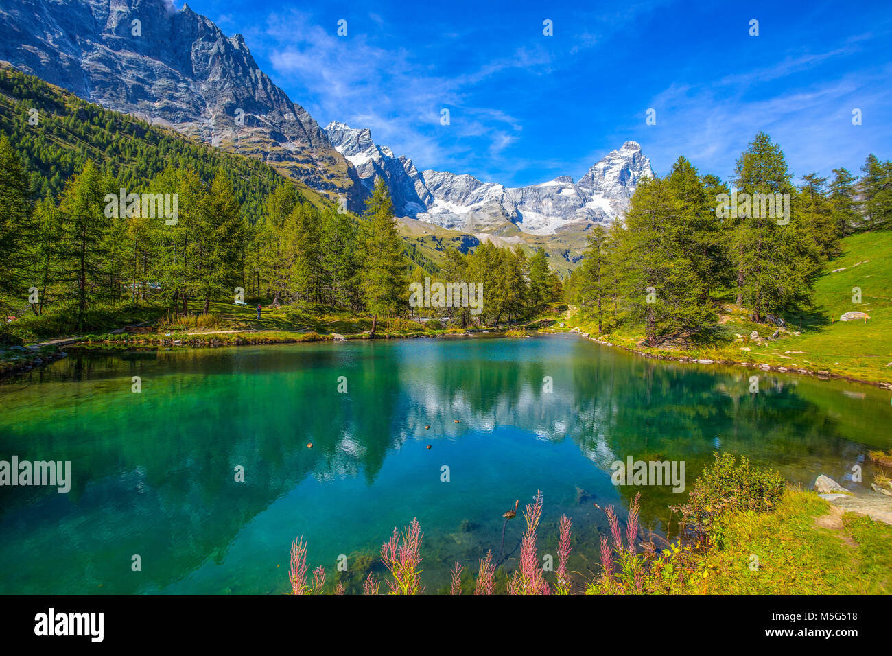 Vista del lago blu Lago Blu vicino a BreuilCervinia e Monte Cervino Matterhorn in Val d