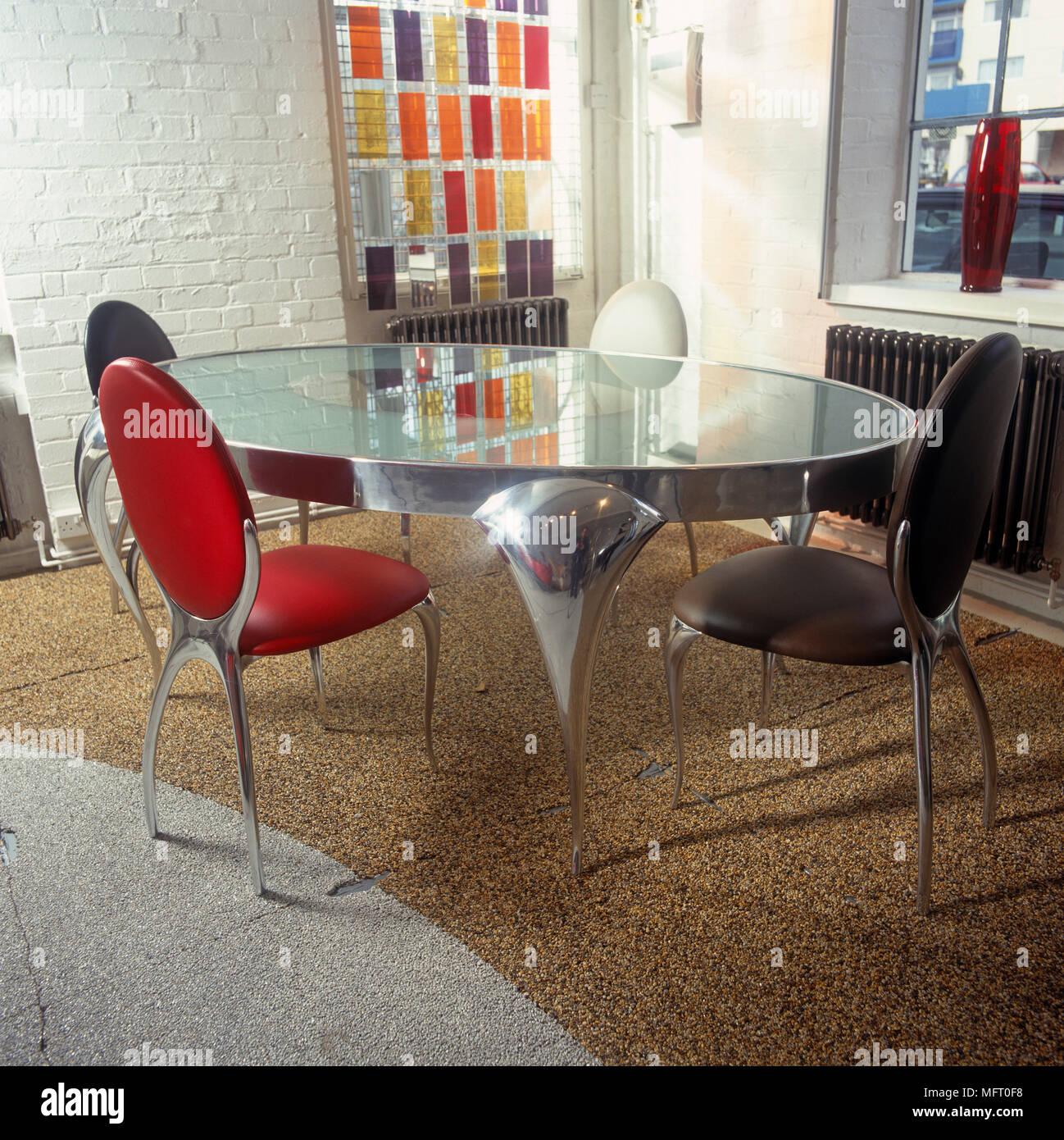 Un tavolo dallo stile contemporaneo che si adatta bene a ogni ambiente. In Stile Retro Ripiano In Vetro Tavolo E Sedie In Pelle Di Stile Contemporaneo In Sala Da Pranzo Foto Stock Alamy