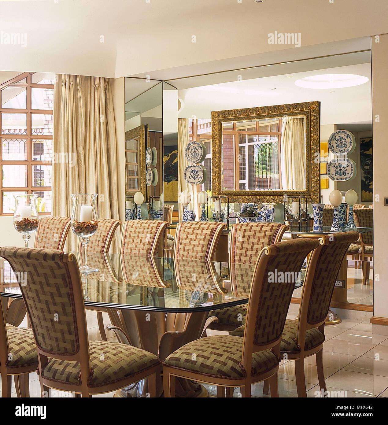 sala da pranzo pareti bianche piastrelle del pavimento in pietra parete a specchio da tavolo in