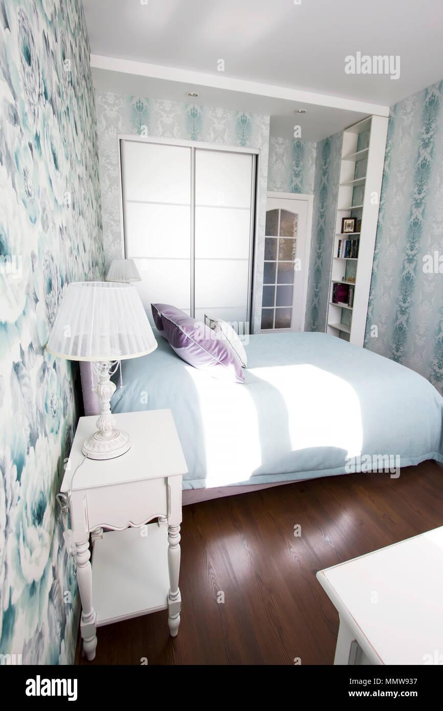 Camera da letto in stile provenzale: Camera Da Letto In Stile Provenzale In Blu E Lilla Con Colori Vivaci Di Arredamento Moderno Foto Stock Alamy