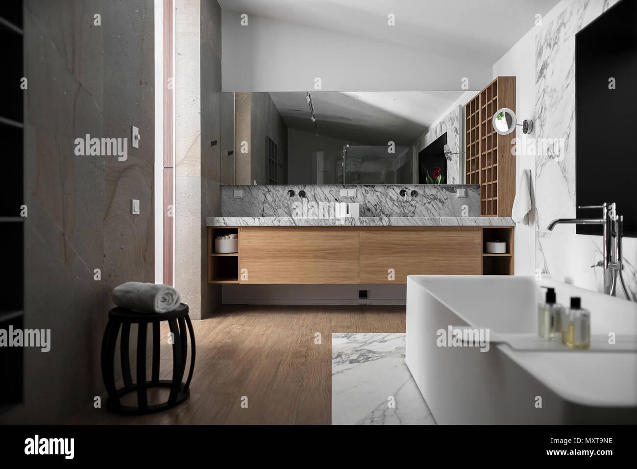Bagno in stile moderno con pareti chiare Vi  una zona piastrellata con un bagno bianco con