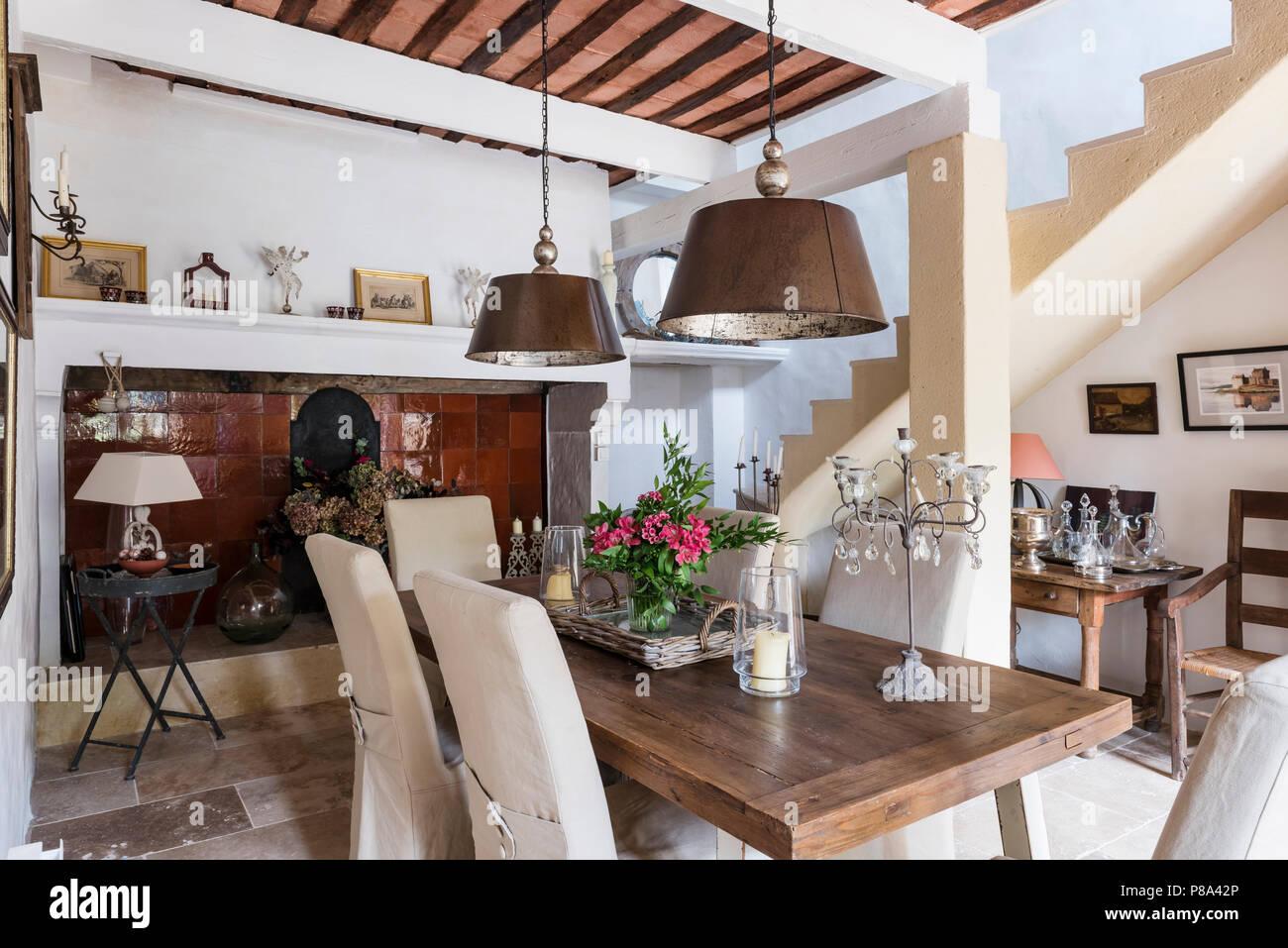 Lampade sopra tavolo soggiorno sedie pieghevoli bianche ferro shabby