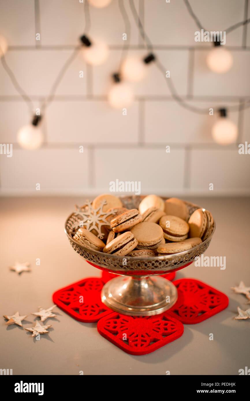 Il piatto di servizio adatto ad ogni tua esigenza. Golden Caramello Macarons In Argento Di Un Piatto Di Portata Con Decorazioni A Stella E Luci Festone In Background Foto Stock Alamy