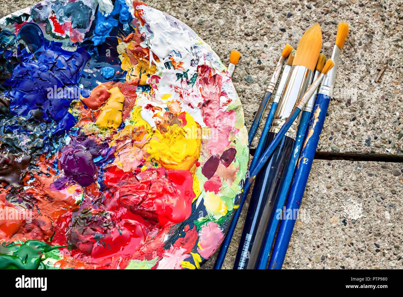 Colori misti di pittura a olio su una tavolozza classica  Pittore della tavolozza e pennelli