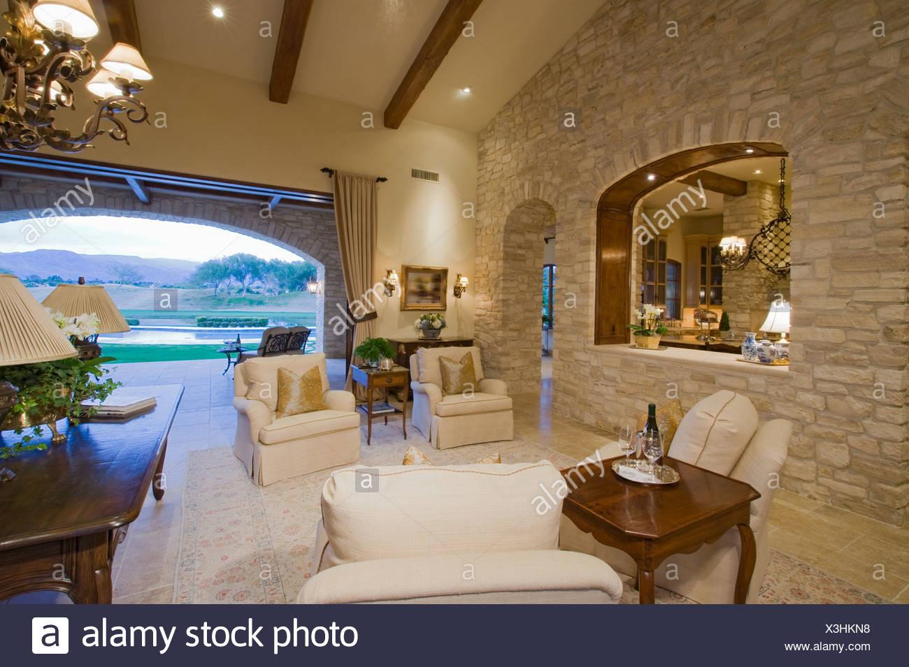 Interno di una casa con mobili e il grande arco aperto con vista giardino Foto  Immagine Stock