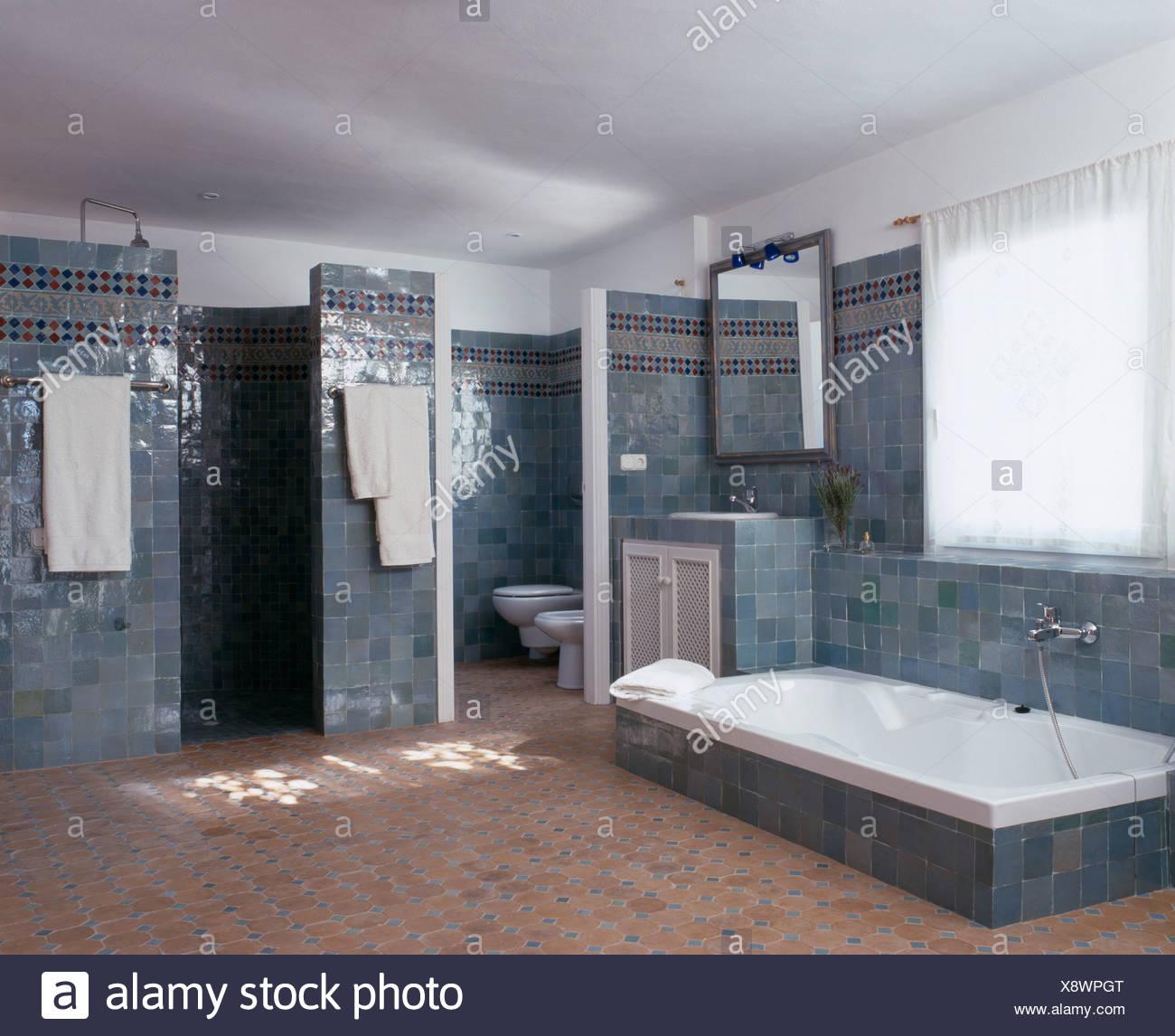 Vasca da bagno incassata in grigioblu spagnolo in piastrelle bagno con pavimento in piastrelle