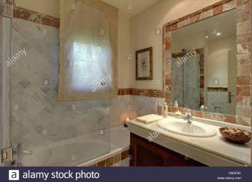 Stanze da bagno vetro dello schermo doccia su vasca da bagno in una