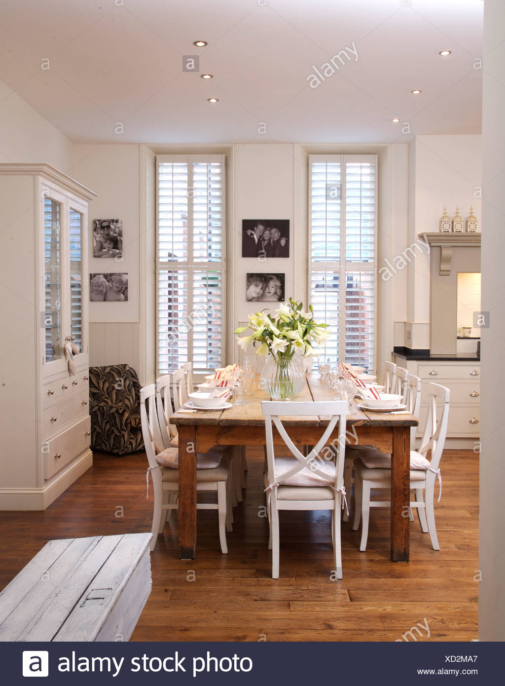 Sedie bianche in legno semplice tabella in bianca e