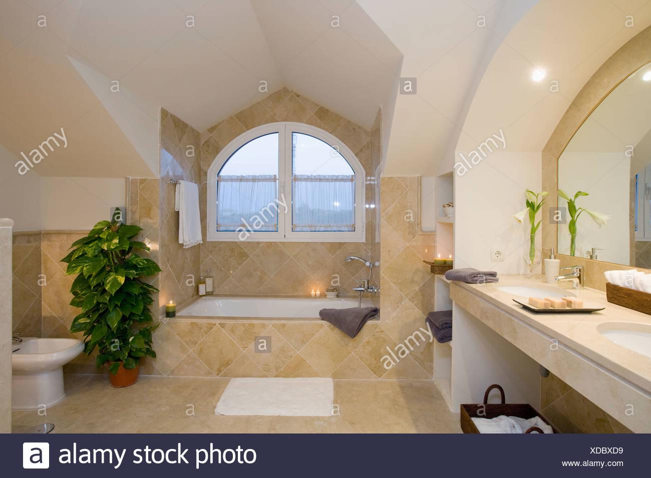 Arcuata Unuual abbaino sopra il bagno in crema moderna piastrelle bagno Soffitta Foto  Immagine