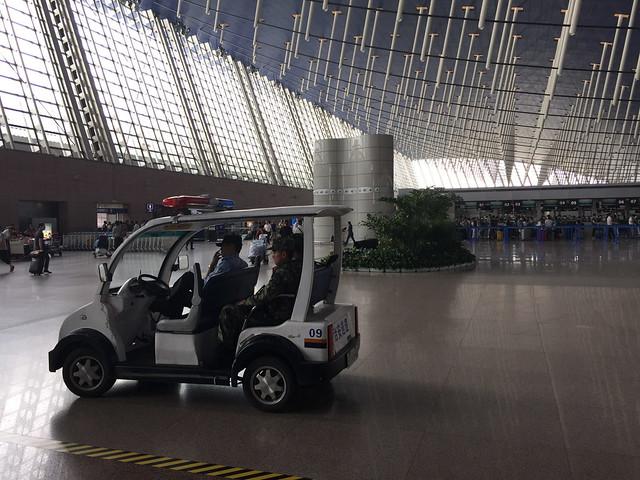 上海空港 ライフルを持つ警備員