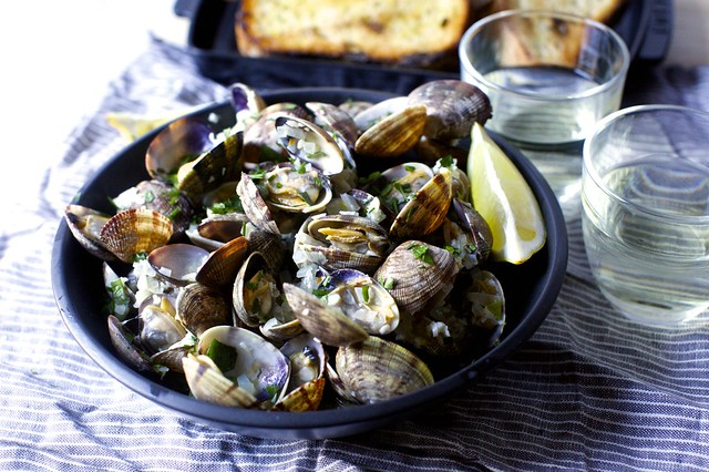 steamed clams with wine, garlic and butter